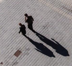 Ein Paar wirft einen langen Schatten